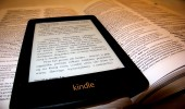 Kindle Paperwhite na tle książki papierowej